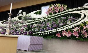 華やかに送る花祭壇