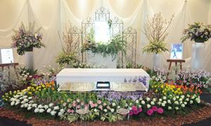 花畑の中で葬儀を