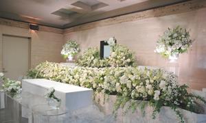 シンプルで故人様らしい生花祭壇のご提案