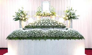 華やかな花祭壇を多数ご用意